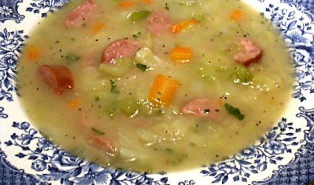 Recept za bakinu tradicionalnu krušnu juhu sa jajima i kobasicom