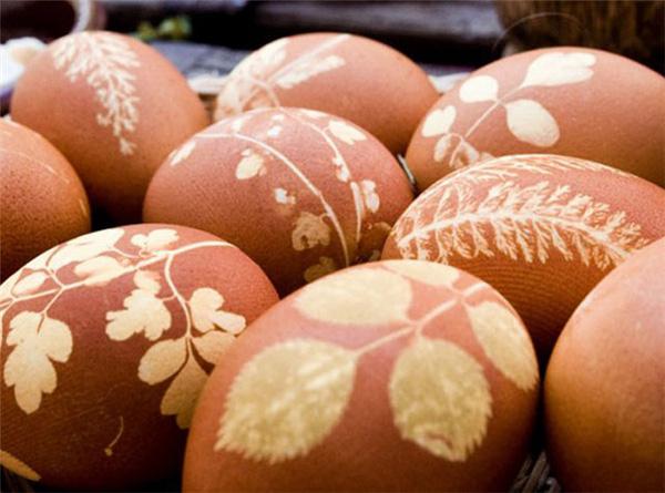 Jaja obojena korom od crvenog luka