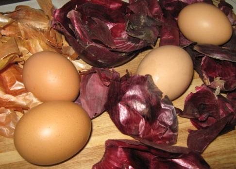 prirodno bojanje jaja ljuskom luka