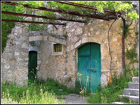 kamena kuća i odrna