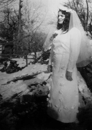 Foto zapis  februar 1974.godine selo Dejan, SO-e Vlasotince, republika Srbija:-Mlada nevesta obučena u beloj haljini