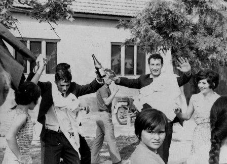 Foto zapis 1967.godine:-Uz svadbarsko-svatovske pesme kum i starojko(pobratim) sa darovima  u kolo