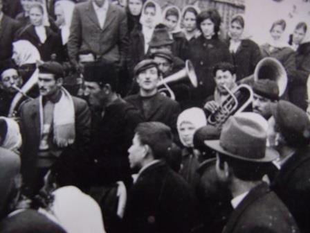 Foto zapis  iz polovie 20 veka u selo Gornja Lomnica(Vlasotince), republika Srbija:- Dok se devojka premenjuje, svirači(trubači-pleh muzika) sa svatovima u devojačkim dvorima peva svadbarsko- svatovske pesme-