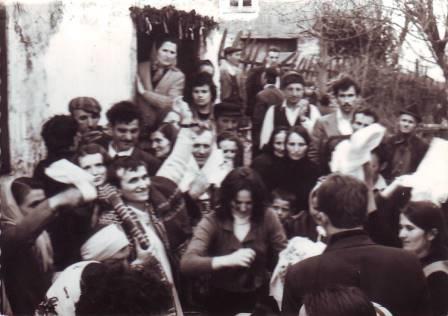 Foto zapis darovanja  rodbine devojke:oca, brata i ostalih bližnjih u familiji u rodu Blagoje Mladenovića 1975.godine  planinskog zaseoka Predanča sela G.Dejan (Vlasotince) republika Srbija