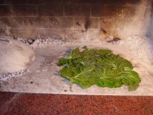 Postavljanje raštike kao podloge za kruh ispod peke