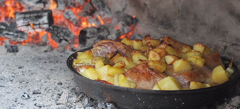 Najbolji recept za meso ispod peke s krompirima